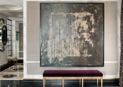 hall, suelos mármol, cuadro moderno, banqueta Luis XVI