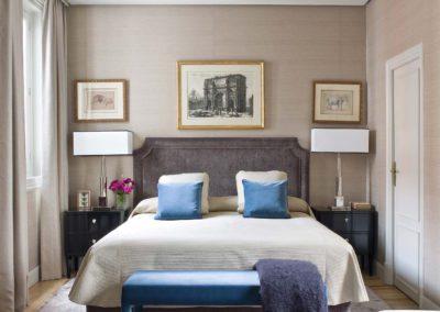 dormitorio, decoración, grabados, cama, cabecero