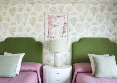 18 Wallpaper bedroom telas fabrics upholstery pink green dreamy cozy headboard cabecero velvet terciopelo lino elegante alabaster lamp lámpara