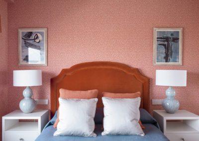 19 Wallpaper bedroom telas fabrics upholstery pink green dreamy cozy headboard cabecero velvet terciopelo lino elegante alabaster lamp lámpara