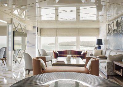 8 living room salón Vista al mar sea view elegante lujo sofisticado mesa gueridon by Yann Dessauvages cuadro painting Luis Fega